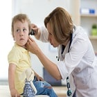 דלקת אוזן תיכונה: גורמים, תסמינים ודרכי טיפול